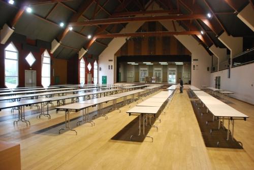 On découvre la salle, les tables sont déja en place !
